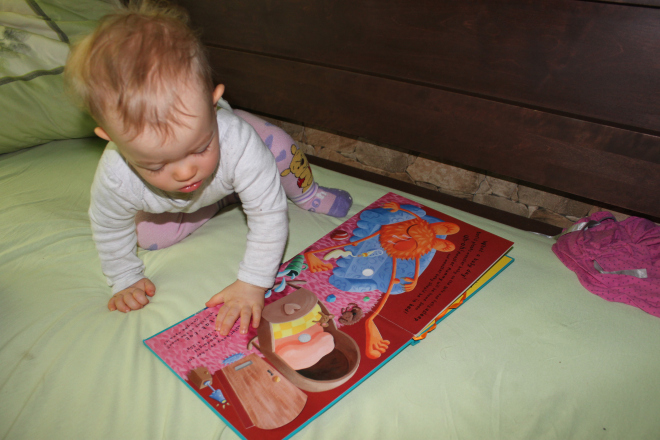 Our morning routine with books in English (Maja is 11,5 months old)
