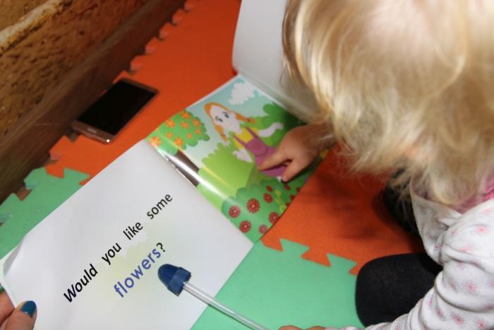 Dziecko czyta w języku obcym