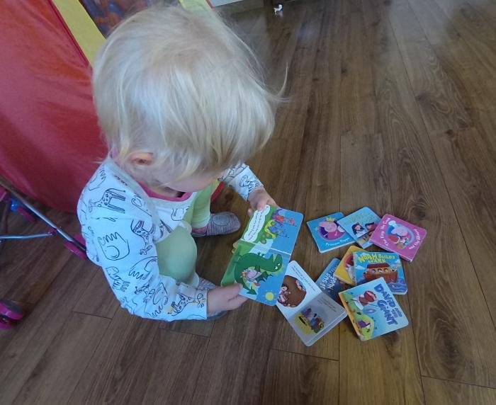 Wczesny kontakt dziecka z książką jest ważny (Maja skończyła 2 lata)