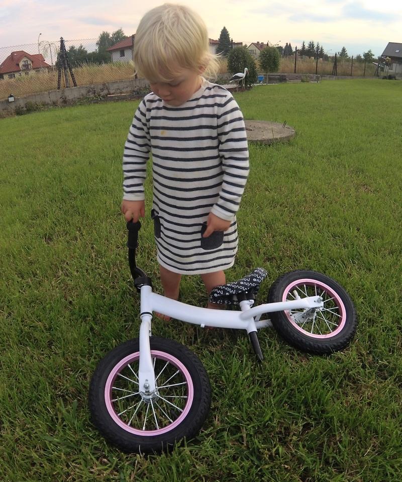 Dwulatka i rowerek biegowy
