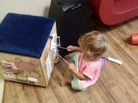 Rozwijająca zabawka dla dziecka – recenzja kostki i skrzyni manipulacyjnej (z wersją audio)